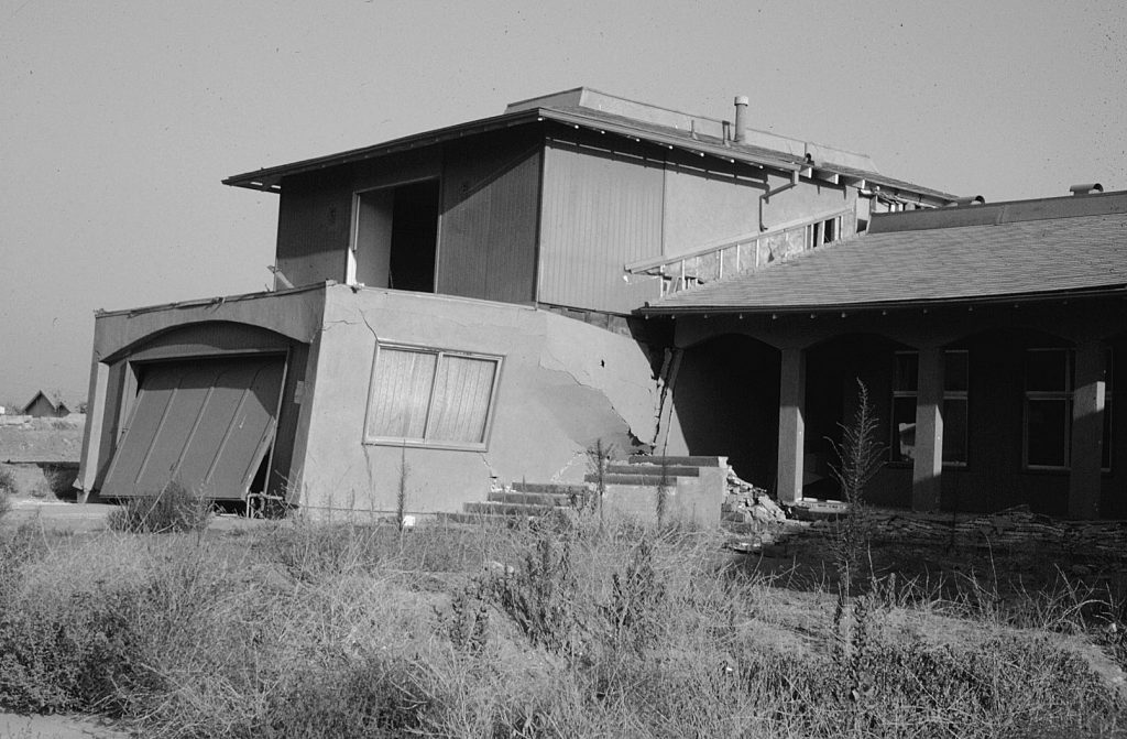 Split-level house in Crestview Tract, San Fernando Valley, showing failure of the connection between the single story (right) and the two-car garage with bedrooms above